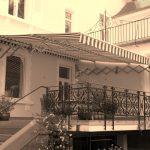Scherenarm Markise über Terrasse