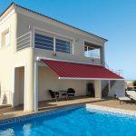 Markilux Kassettenmarkise 5010 über Terrasse mit Pool